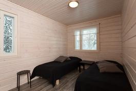 toinen makuuhuone, jossa on tyylikäs harmaa laminaattilattia, joka on tyylitään lähellä Lapin keloa