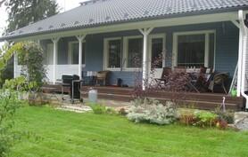 Tilava talon levyinen terassi