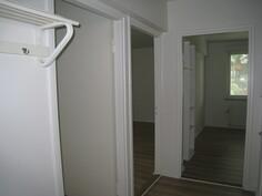 Kuva eteisestä keittiön ja olohuoneen suuntaan.