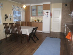 Kaunis remontoitu tilava keittiö.