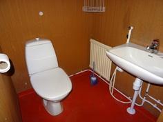 Erillinen wc-tila.