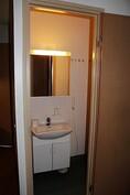 erillinen wc on suihkutilan vieressä