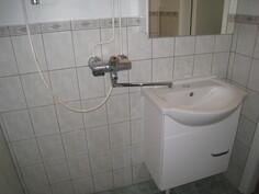 Kylpyhuone, jossa uusitut peilikaappi sekä allas ja allaskaappi.