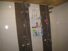 Kaksi suihkua.