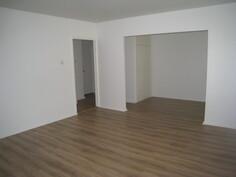 Olohuoneesta on käynti makuuhuoneeseen ja eteiseen.