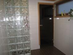 Lasitiiltä sekä lasinen ovi saunaan.