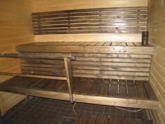 Saunassa on uudet lauteet, panelit sekä laattalattia.