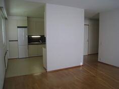 Olohuoneesta on käynti keittiöön ja eteiseen.