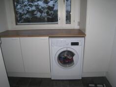 Kodinhoitohuoneessa on pesukonevaraus sekä kaapistoja.