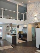 Olohuoneesta näkymä keittiöön ja parvelle