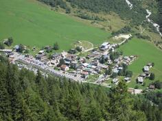 La Tourin kylä Chamonix'n laaksossa Alpeilla
