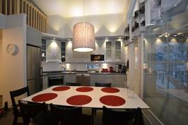 Täydellinen keittiö ja ruokailutila (C Markku Mäntylä)