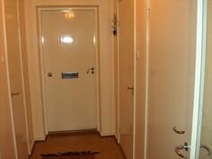sisäänkäynti vas. vaatehuone oik. kylpyhuone ja keittiö