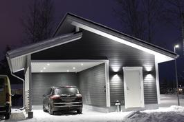Liiketunnistimella varustetut led-valot autokatoksessa.