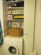 Pyykkikoneen yläpuolella olevassa hyllykössä on säilytystilaa.