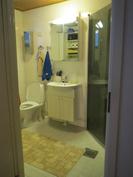 WC-kylpyhuone. Suihkun lasit kääntyvät seinää vasten.