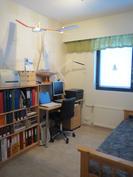Pienempi makuuhuone on meillä työhuoneena.