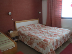 Makuuhuoneessa on tilaa parisängylle ja kahdelle lipastolle. Tapetti on käsinkudottua tekstiiliä.