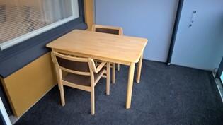 Huoneiston tilava parveke, parvekkeen varustukseen kuuluu matto.