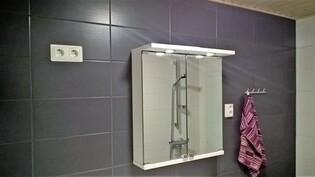 Kylpyhuoneen peilikaappi ja tehosteseinää.