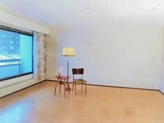 Tilava hyvänmuotoinen olohuone