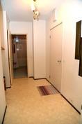 Eteinen vaatehuoneen ja makuuhuoneen ovilta päin kuvattuna