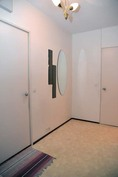 Eteinen kylpyhuoneen ovelta päin kuvattuna