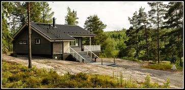 Talo väritykseltään sopii hyvin ympäröivään luontoon.