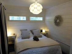 Makuuhuoneeseen mahtuu hyvin parisänky. Ikkunoiden koko ja sijainti helpottaa sisustamista.