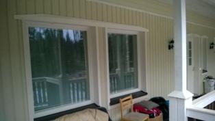 Olohuoneen ikkunat terassilta päin