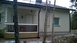 Talo pohjoisesta päin (tikkaat korjattu kuvaottohetkestä, nyt lisätyin kiinnikkein ja lumiestein)