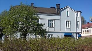 Vanhan talon jyhkeä ulkosivu Edelfeltinkadun puolelta kuvattuna. Vieressä Hovinsaaren koulu ja Siwa