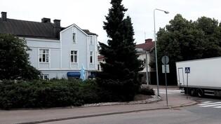 Asunto sijaitsee Hovinsaaren paraatipaikalla Edelfeltinkadun ja Kotkantien kulmassa.