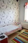 Yläkerran pienempi makuuhuone. Soveltuu hienosti vaikkapa työhuoneeksi tai vierashuoneeksi