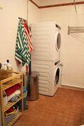 Kylpyhuoneessa tilaa pesutornille ja säilytyskalusteille