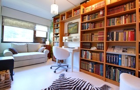 Yläkerran kirjastohuone