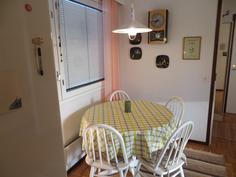 Ruokailutila keittiössä on yhteydessä myös olohuoneeseen.