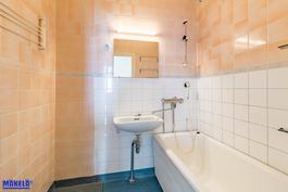 Kylpyhuone remontoidaan putkiremontilla täysin. Omistaja saa valita laatat.