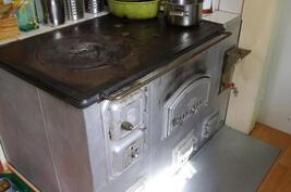Puillalämmitettävä hella ja sähköliesi keittiössä