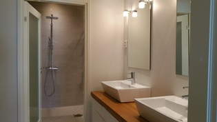 """Talossa erillinen """"kauneushuone"""" naisväelle. Lisäksi 2 erillistä WC:tä."""