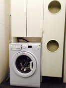 Pesukonetila ja pyykkikaappi