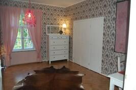 Makuuhuone itä yläkerta