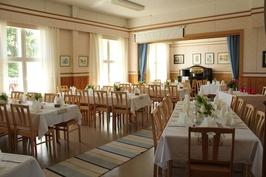Aulasta paljeovien kautta 70 hengen juhlasaliin, jossa viihtyisä oleskelutila.