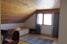 Yläkerran isoin makuuhuone
