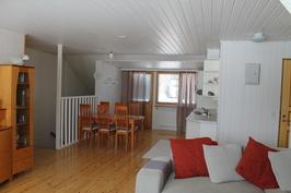 Yläkerran keittiö ja olohuone