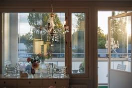 Olohuoneen ikkunasta näkymä parvekeelle
