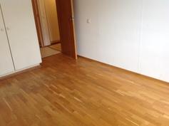 makuuhuone - oven suuntaan >< kaapit lattiasta kattoon