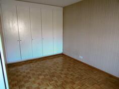 ruokailu- / makuuhuone, jossa säilytyskaapit lattiasta kattoon