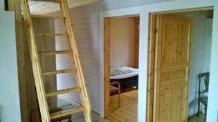 Makuuhuoneen ovet ja portaat parvelle