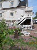 Tontilta löytyy myös pihakaivo , josta kasteluvesi puutarhaan.